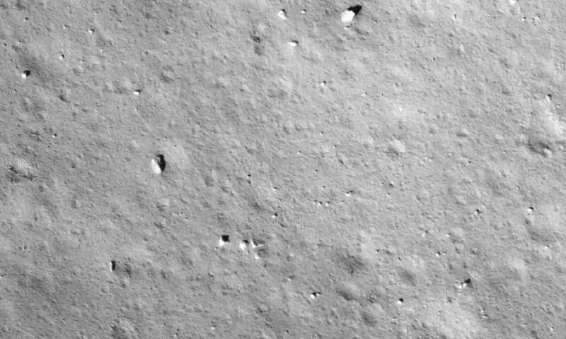 中国航天器星期二降落在月球上,将月球岩石带回地球.png