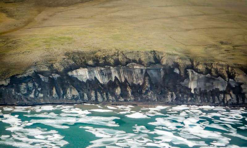 海岸被海浪侵蚀的冰层.png