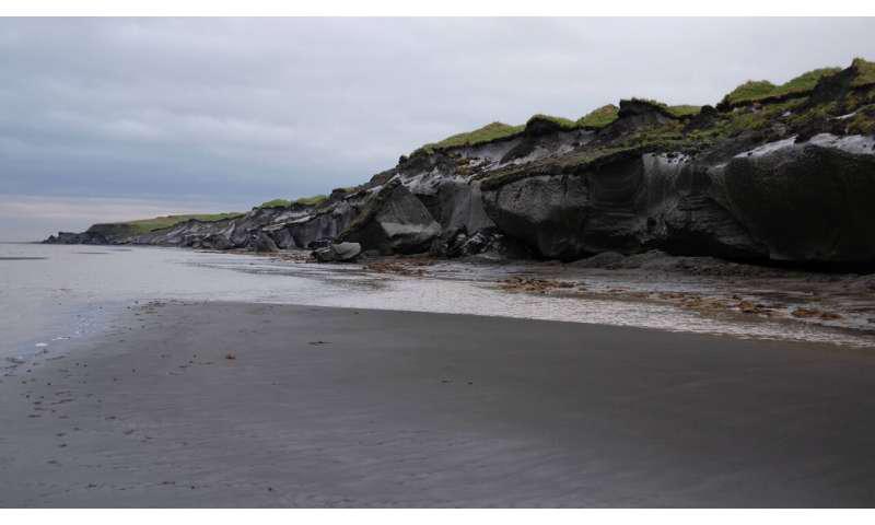 西伯利亚拉普捷夫海中部Bykovsky半岛的海岸线在夏季撤退,那时候,冰层丰富的多年冻土降落到海滩,并被海浪侵蚀.png